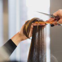 Une coupe sur-mesure avec votre coiffeur expérimenté dans votre salon de coiffure Influence à Niort, Saint Liguaire